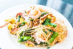 Remuez les nouilles frites avec des fruits de mer et des légumes mélangés photos libres de droits
