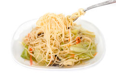 Remuez les nouilles frites sur le fond blanc, nourriture chinoise Image libre de droits