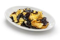 Remuez les oeufs au plat avec les champignons en bois d'oreille, cuisine chinoise images libres de droits