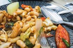 Remuez les pâtes avec de la sauce, le fromage et des légumes à ketchup au centre de nourriture photos stock
