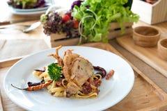 Remuez les pâtes frites avec le crabe mou froid et cuit à la friteuse sec de coquille images libres de droits