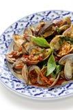 Remuez les palourdes frites avec le basilic doux thaï image stock