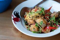 Remuez les poissons cuits à la friteuse avec les herbes épicées images stock