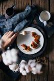 Remuez les poissons frits de piments avec du riz photographie stock