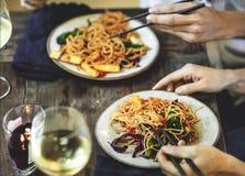 Remuez les spaghetti frits avec les légumes organiques photographie stock