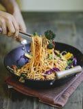 Remuez les spaghetti frits avec les légumes organiques image libre de droits
