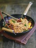 Remuez les spaghetti frits avec les légumes organiques image stock