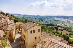 Renässanshus och fält av Montepulciano, Italien arkivfoto