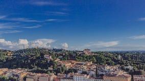 Renässanshus på kullen under blå himmel i Florence, Italien fotografering för bildbyråer