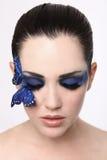 Ren bild av a-kvinnan med fjärilssmink Arkivfoton