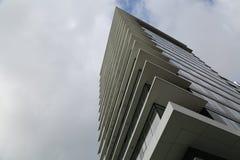 Ren byggnad för designtriangelhighrise Royaltyfria Bilder