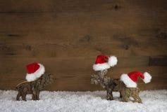 Ren des Weihnachten drei des handgemachten Holzes mit roter weißer Sankt h Lizenzfreie Stockfotos