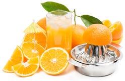 Ren fruktsaft med is och stycken av klippta apelsiner Royaltyfri Fotografi