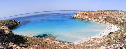 Ren kristallisk vattenyttersida runt om en ö Lampedusa fotografering för bildbyråer