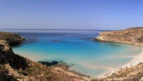 Ren kristallisk vattenyttersida runt om en ö Lampedusa arkivbilder
