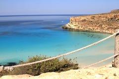 Ren kristallisk vattenyttersida runt om en ö - Lampedusa, sic arkivbilder