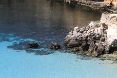 Ren kristallisk vattenyttersida runt om en ö - Lampedusa, sic royaltyfria foton