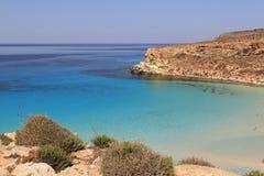 Ren kristallisk vattenyttersida runt om en ö - Lampedusa, sic fotografering för bildbyråer