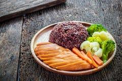 Ren mat, grillade fega bröst och grönsaker Arkivbild