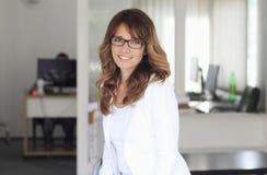Modern yrkesmässig affärskvinna Arkivfoto