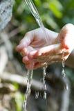 Ren naturlig vattenkälla Arkivfoton
