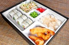 Ren och för hygien japansk lunchbox som är klar att äta arkivfoton