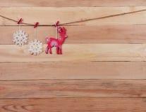 Ren och snöflingor på en träbakgrund Julsmattrande royaltyfria foton