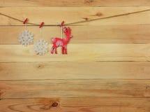 Ren och snöflingor på en träbakgrund Lantlig stil arkivbilder