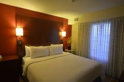Ren säng med vägg monterade ljus Royaltyfria Foton