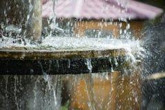 Ren sötvattenvattenfall i skog i bergen Gammal fontain stänger sig upp royaltyfria foton