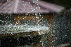 Ren sötvattenvattenfall i skog i bergen Gammal fontain stänger sig upp fotografering för bildbyråer