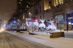 Ren und Pferdeschlitten während weiße Weihnacht in Toronto Stockfotografie