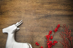 Ren und rote Stechpalme stockbild