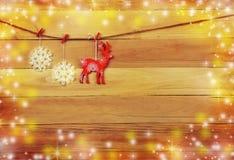 Ren und Schneeflocken auf einem hölzernen Hintergrund Weihnachten Rusti Lizenzfreie Stockfotos