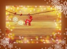 Ren und Schneeflocken auf einem hölzernen Hintergrund Weihnachten Rusti Stockfotografie