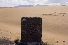 Ren vägsten för inskrift Texturerad stela i öknen för logotecken Royaltyfria Foton