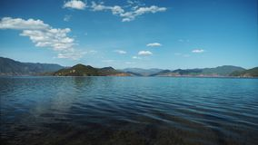 Ren våg av Lugu sjön royaltyfria bilder