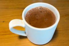 Ren varm choklad i en vit rånar Arkivbild
