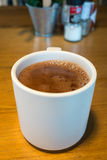 Ren varm choklad i en vit rånar Arkivfoton