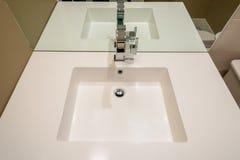 Ren vit badrumvask med vattenkranen Royaltyfri Foto
