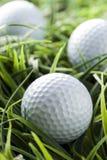 Ren vit Golfball på grönt gräs Arkivbild