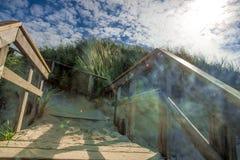 Ren vit sand som leder till en Nordsjönstrand Royaltyfri Foto