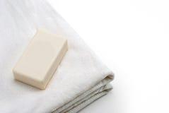 Ren vithandduk med tvål Royaltyfri Bild