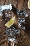Ren vodka (på en gammal trätabell) royaltyfri foto