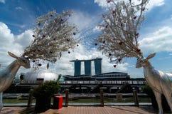 Ren zwei verziert für Weihnachtsrahmen Marina Bay Sands Hotel, Singapur stockfoto