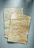 Rena ark för tappning av papper på grå bakgrund Royaltyfri Bild