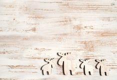 Rena bonito no fundo de madeira chique gasto Fundo do Natal com espaço da cópia Imagens de Stock Royalty Free