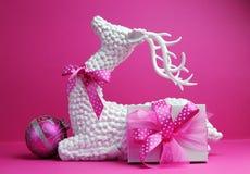 Rena branca, bauble cor-de-rosa e do presente atual do feriado do Natal vida festiva ainda Imagem de Stock