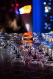 Rena exponeringsglas på stången i en nattklubb Förberedelser för PA arkivfoton