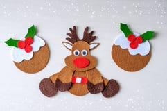 Rena feito a mão de Rudolph do Natal do cartão do feltro com pudim do Natal Fotos de Stock Royalty Free